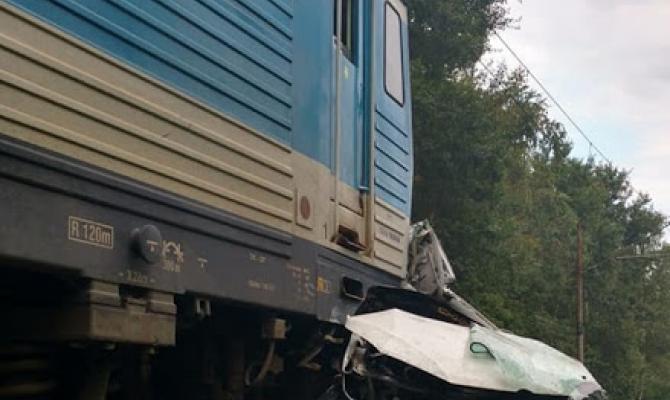 """U """"myší díry"""" vjelo auto pod vlak!"""
