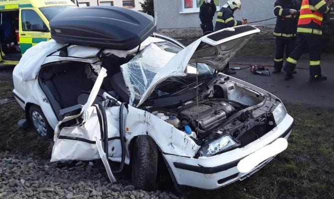 V Kostelci se střetl vlak s osobním autem
