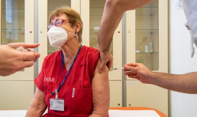 Dnes začalo přihlašování zaměstnanců škol k očkování proti covidu-19