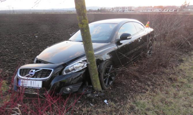 Volvo zastavil na obchvatu až strom