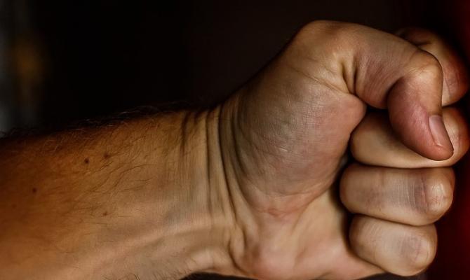 Agresivní zákazník dal pěstí do nosu ochrance