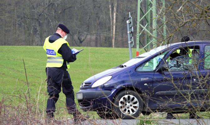 Policisté dohlíželi na dodržování covidových opatření i o víkendu