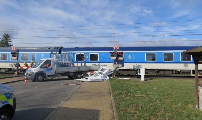 Dodávka se srazila s vlakem. Střet se obešel bez zranění