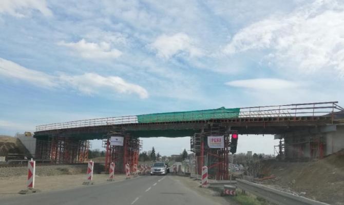 Nad Kosteleckou se klene most