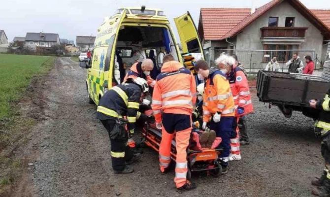 Dělník spadl do sklepa. Vyprostit jej museli hasiči