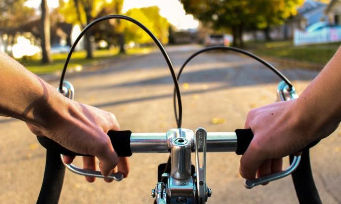 Cyklista měl v sobě pár piv. A do cesty mu vběhla sedmiletá dívka