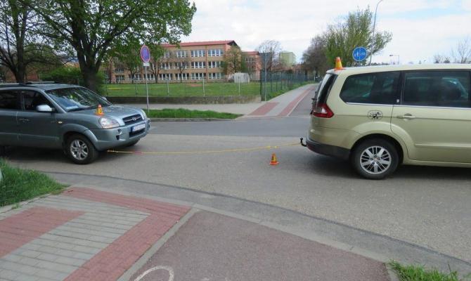 Cyklista se pokusil projet mezi táhnoucím a taženým autem. Dopadlo to zle