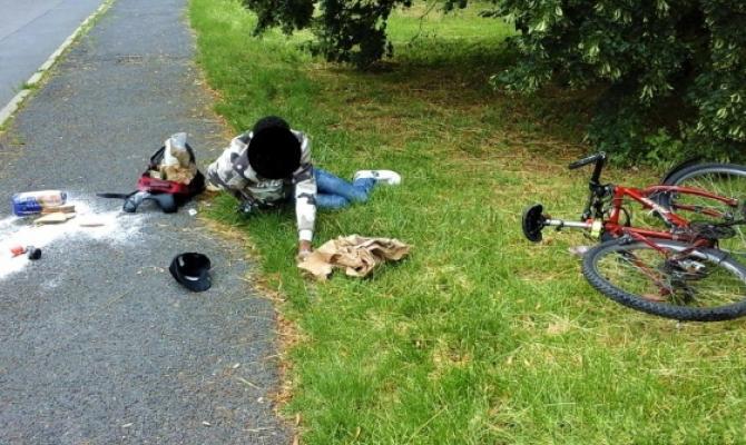 Cyklista nebyl schopen stát. Natož jet