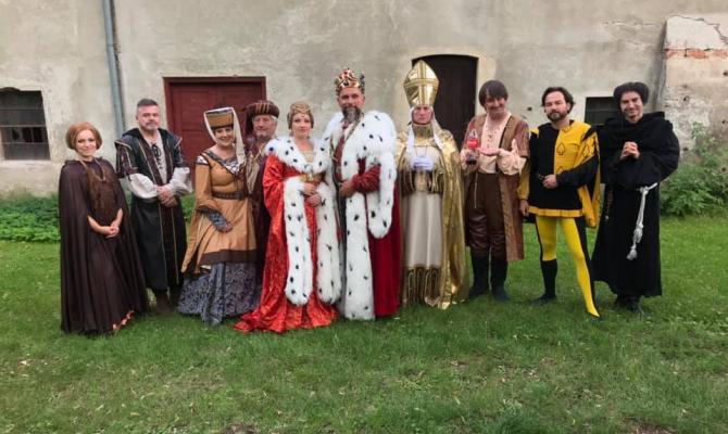 Karel IV. se představí u hvězdárny. V Noci na Karlštejně